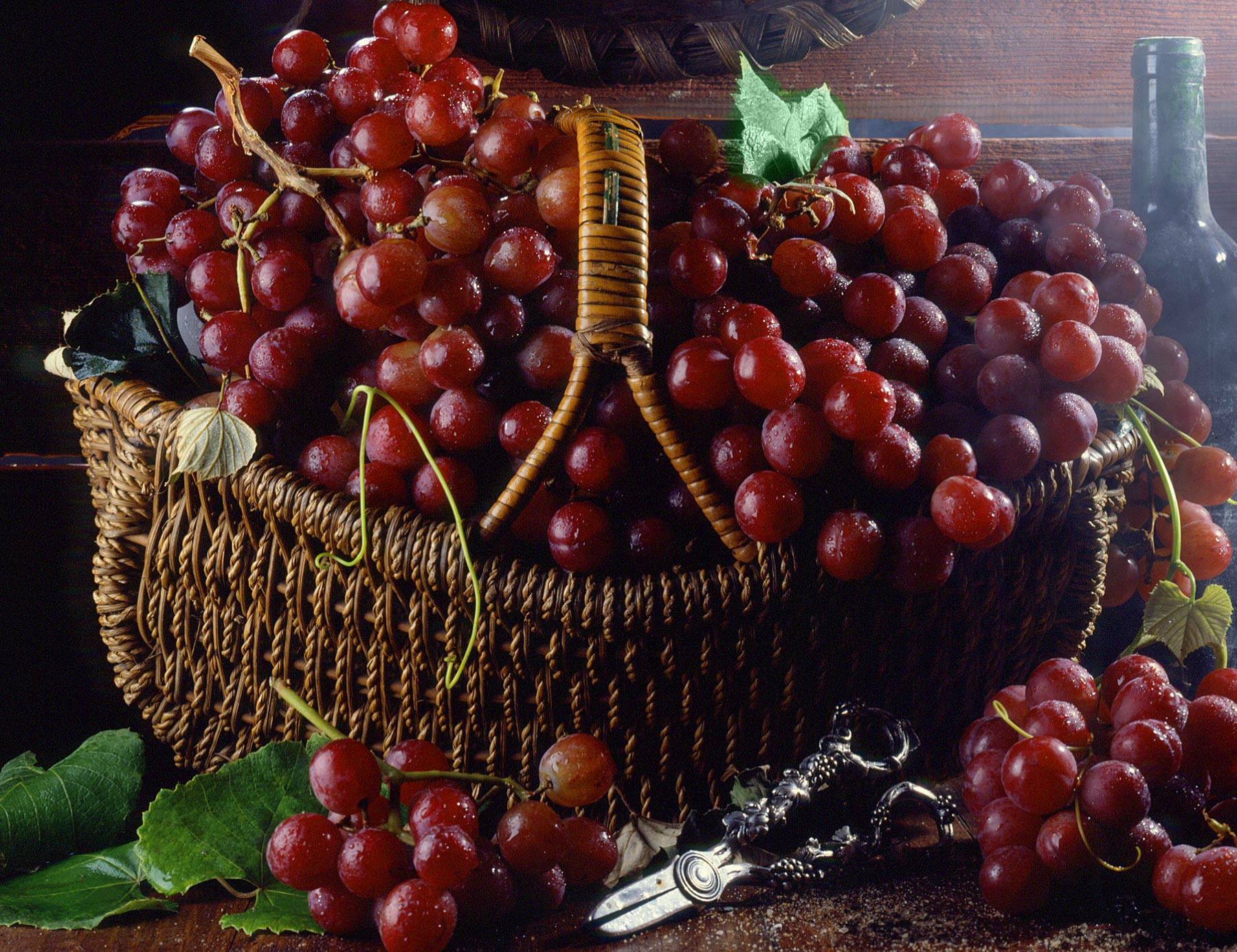 For-frame-Grapes-in-Basket
